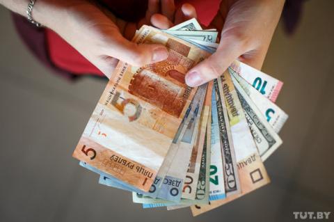 Зарплатные гонки. Как получки белорусов отличаются от доходов соседей