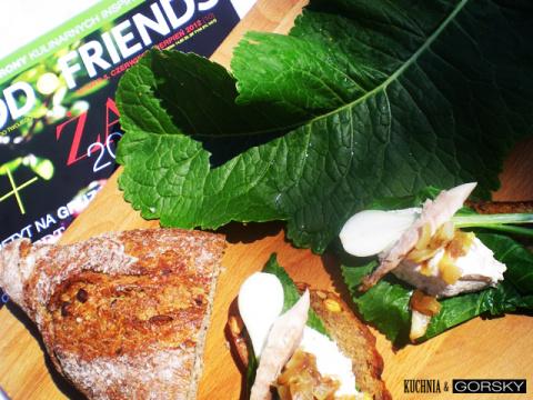 Паста из копченой скумбрии на листе хрена и тост из темного хлеба.