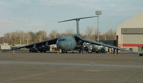Как американцы самолет заправляли.... (10 фото)