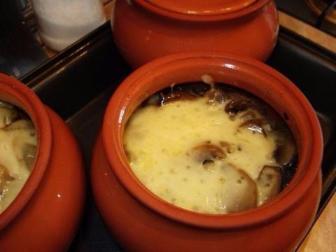Мясо в горшочке с картофелем и сыром