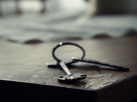 Один мужчина положил ключи на стол и ушел
