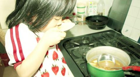 Больная раком мама научила 4-летнюю дочь готовить и вести хозяйство