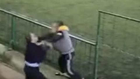 Два агрессивных отца устроили драку во время футбольного матча