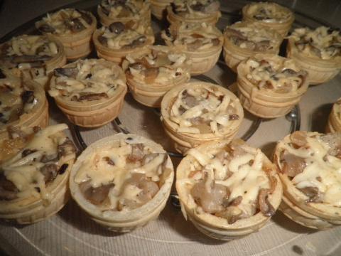 Тарталетки с грибами для пикника.