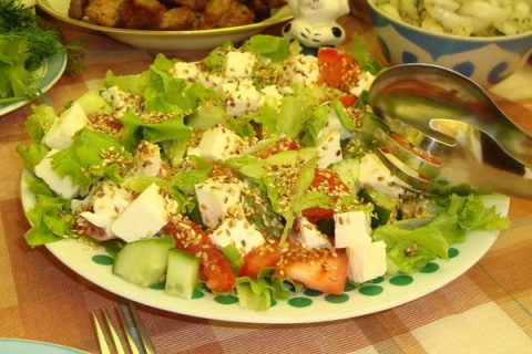 Овощной салат с кунжутом и м…