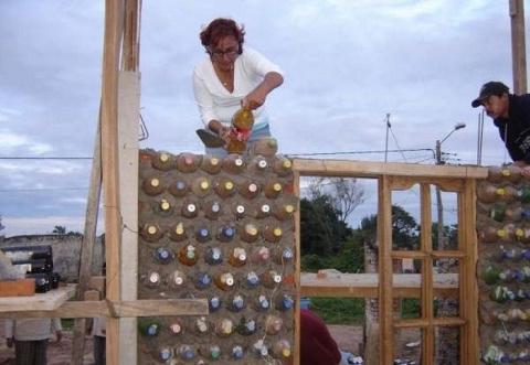 Женщина построила дом из пла…