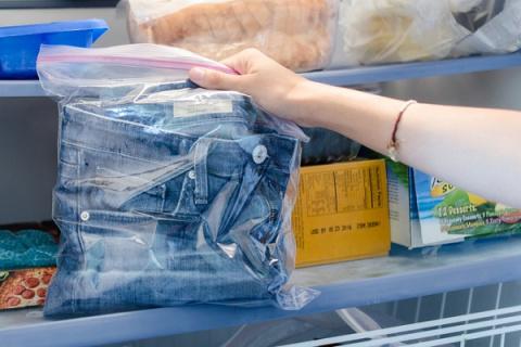Она поместила джинсы в пакет…