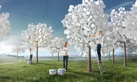 В «экологичной» рекламе «Снегурочки» бумагу срывают с деревьев