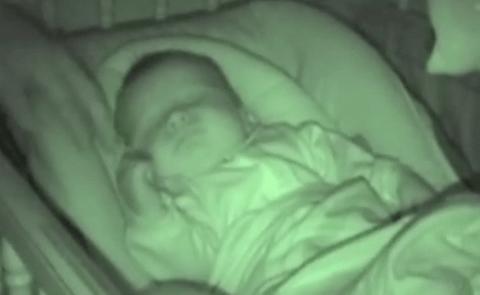 Папа подошел укрыть спящего …