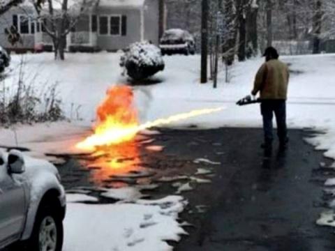 Находчивый американец топил снег огнеметом