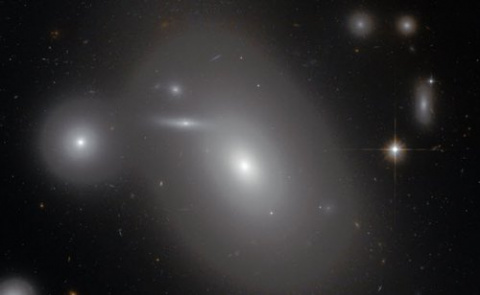 Галактика NGC 4889, содержащ…