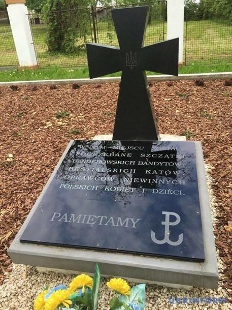 Украина помалкивает, когда поляки пишут правду на могилах бандеровцев