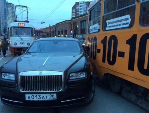 В Екатеринбурге Rolls-Royce, подвозивший Анну Семенович, столкнулся с трамваем