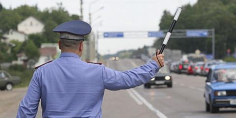 Инспекторам ГИБДД вернули право останавливать автомобили вне постов