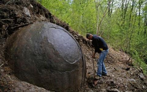 В лесу найден загадочный кам…