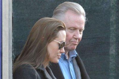 Анджелина Джоли не хочет принимать помощь от своего отца