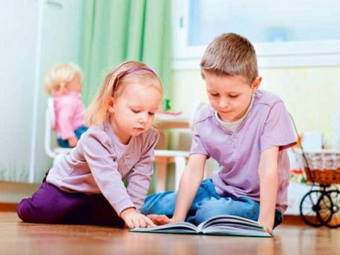 Брат читал младшей сестре ск…