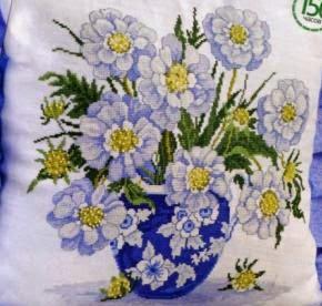 Подушка с голубыми цветами