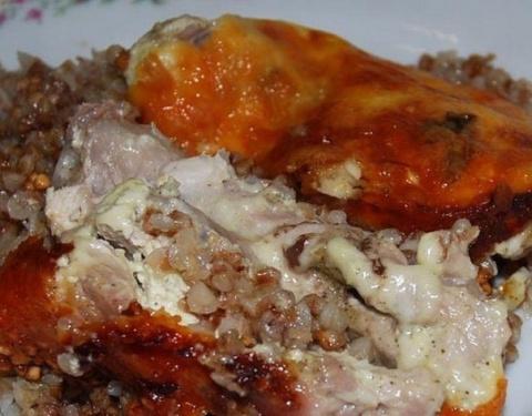 Курица с гречкой под сырным соусом
