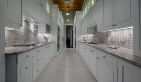 Дизайн узкой кухни: избавляе…