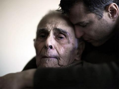 Они смотрели с отвращением на пожилого человека. Но потом случилось это