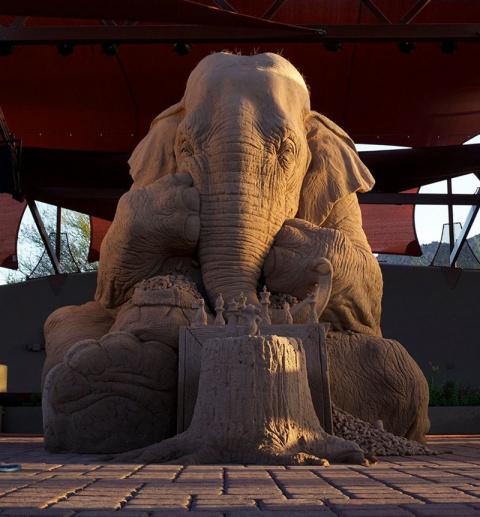 Потрясающая скульптура из песка изображает слона в натуральную величину, играющего с мышью в шахматы