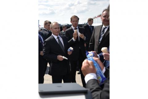 От водки до Mercedes. Самые щедрые и странные подарки российских политиков