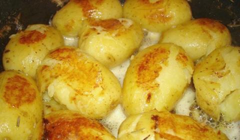 Молодой картофель в кожуре о…