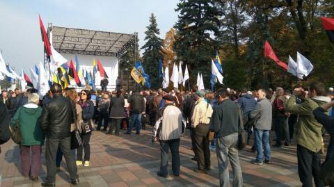 Число протестующих у администрации Порошенко выросло втрое