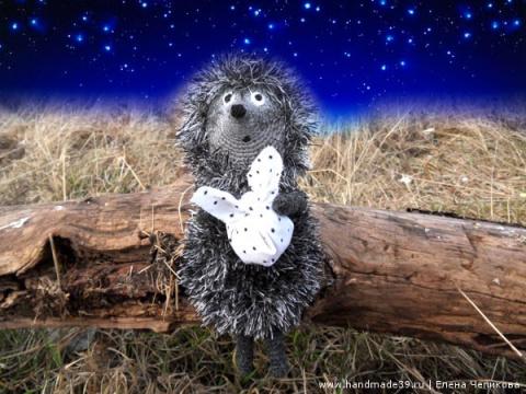 «Еще совсем немного — и загорятся звезды, и выплывет месяц и поплывет, покачиваясь, над тихими осенними полями. Потом месяц заглянет в лес, постоит немного, зацепившись за верхушку самой высокой елки, и тут его увидят Ежик с Медвежонком».