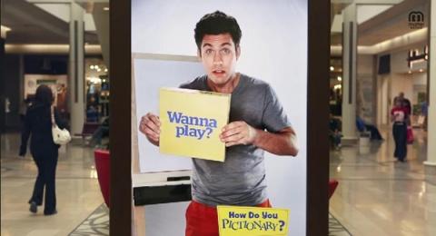 Рекламный щит приглашает посетителей торгового центра сыграть в «угадайку»