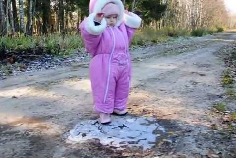 Малышка впервые видит лед (видео)