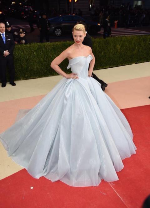 Платье этой актрисы  выглядит сногсшибательно. Но когда выключился свет...попадаешь в сказку!