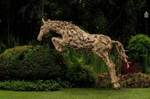 Деревянные скульптуры в движении