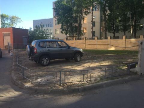 Любитель парковаться на газо…