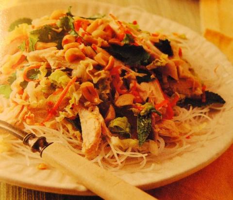 Куринный салат с рисовой лапшой