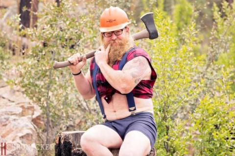 Необычная фотосессия бородатого дровосека для календаря