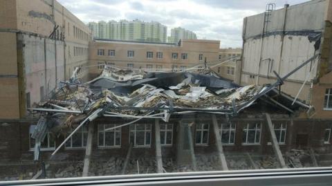 А у нас во дворе... Школа рухнула. Только что.