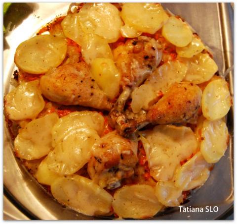 Картофельный гратен с куриными ножками.