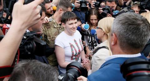 Освобожденная Савченко всю н…