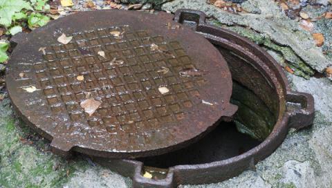 Почему крышка канализационно…