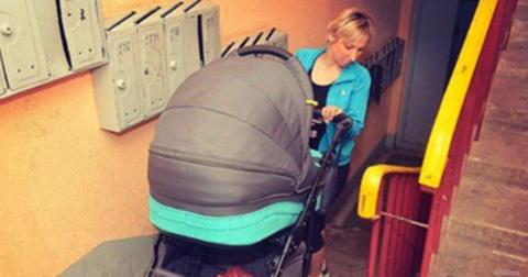Мамочка с коляской в подъезд…