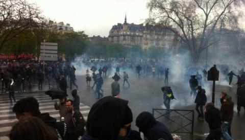Полиция Парижа применила дымовые шашки против протестующих