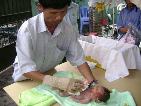 Отец из Вьетнама спасает сот…