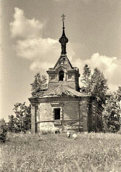 1977  старая церковь за Кантемировкой. Развалины церкви-школы во имя Александра Невского в Аббакумово Рузского района Московской области.