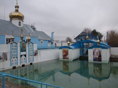 Источник и скит Святой Праведной Анны находится на стыке Кременецкого района Тернопольской области и Дубенского района Ровенской области в селе Онишковцы.