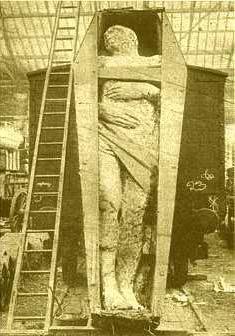 Нехилый трупик человека... Может это декоративный вагон и лестница, а может и нет...