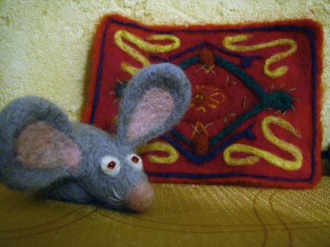 Мышь на фоне ковра