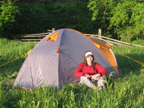 У палатки.