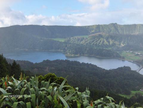 Сан Мигель - лагуна глубоко в кратере древнего вулкана. Азорские острова.